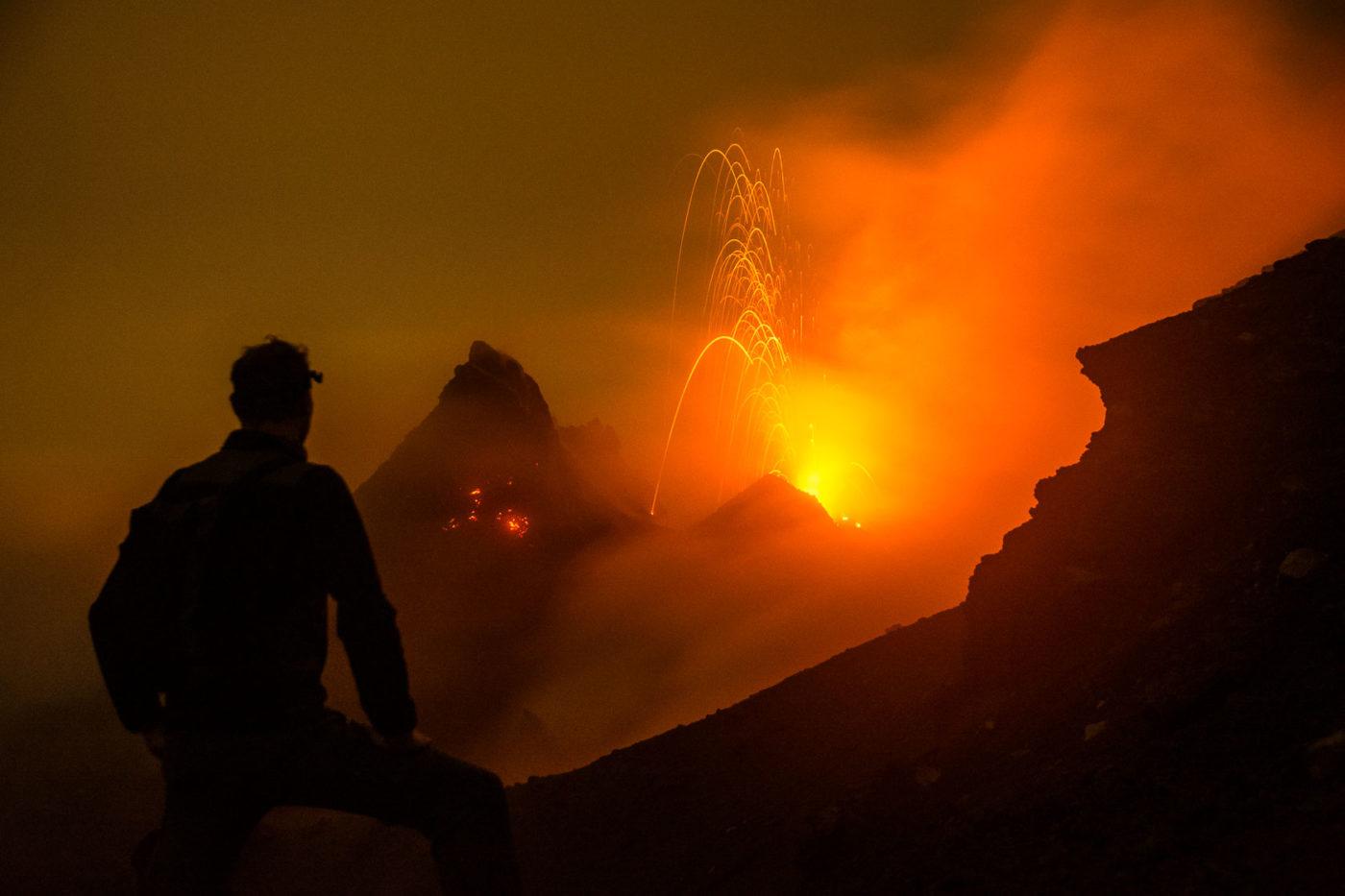 Vulkan Pacaya in Guatemala zur Nacht.