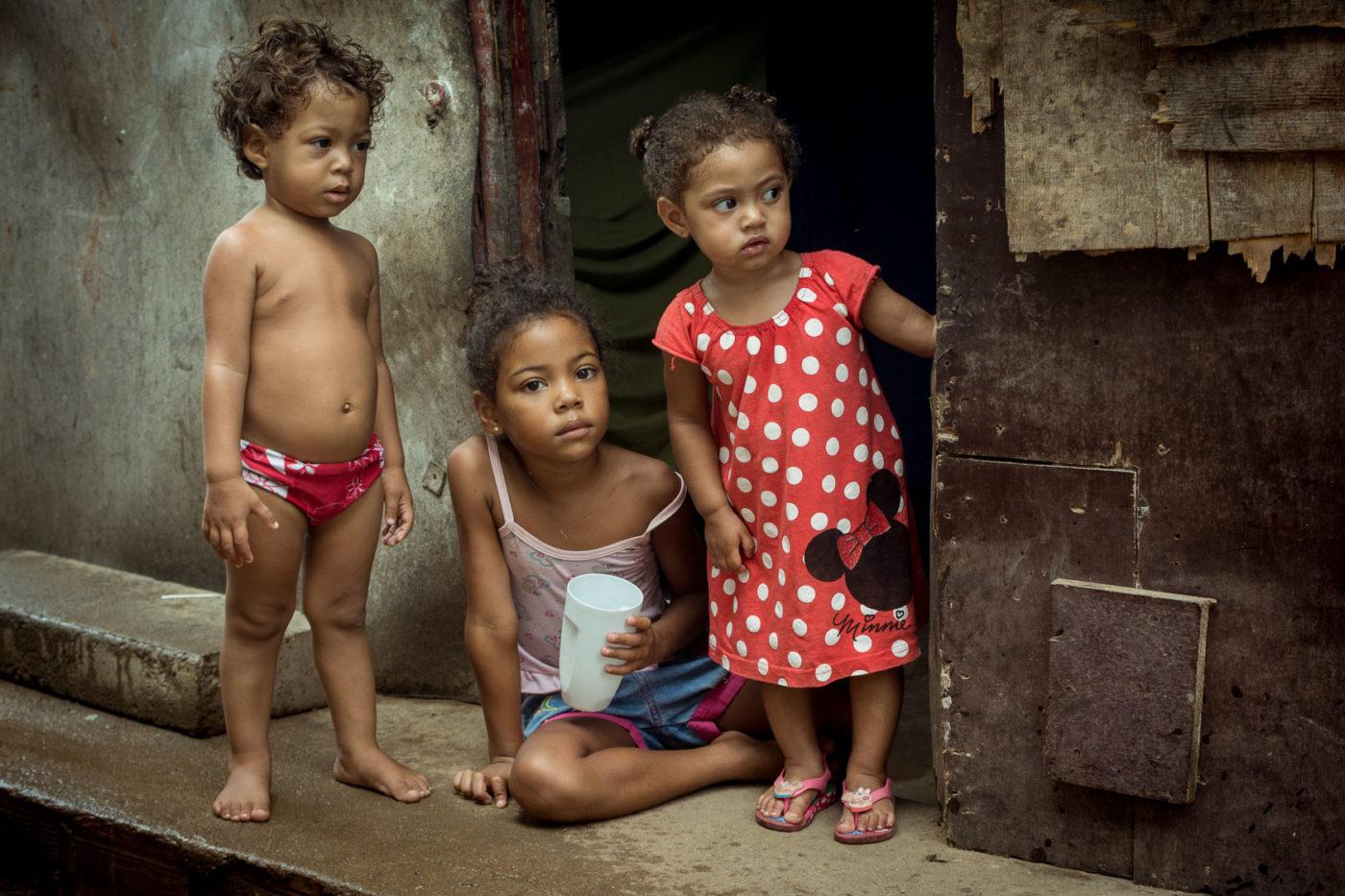 Porträt von drei Kindern in einer Favela in Brasilien.