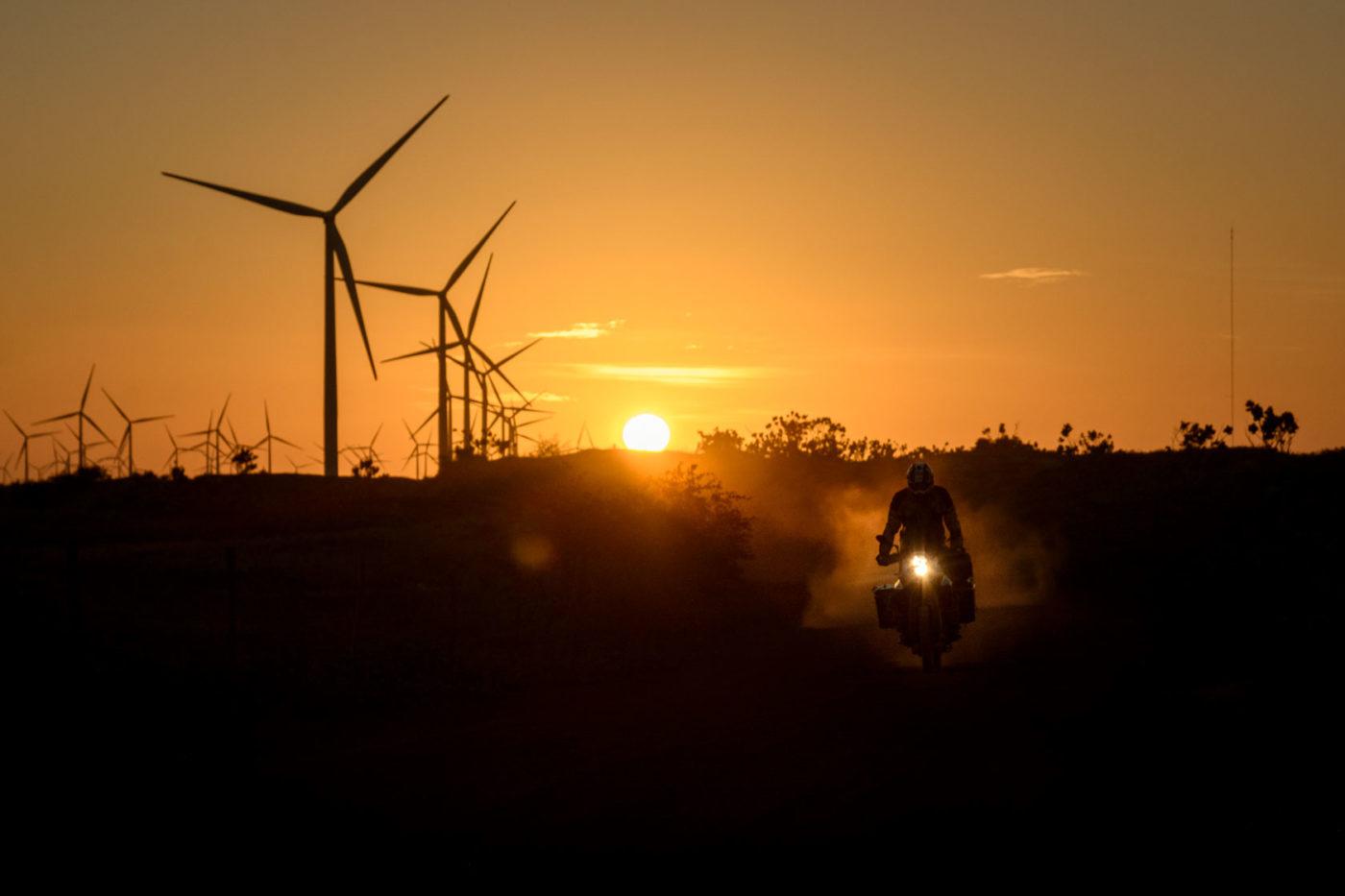 Abenteuerfotografie mit dem Motorrad. Licht zum Sonnenuntergang.