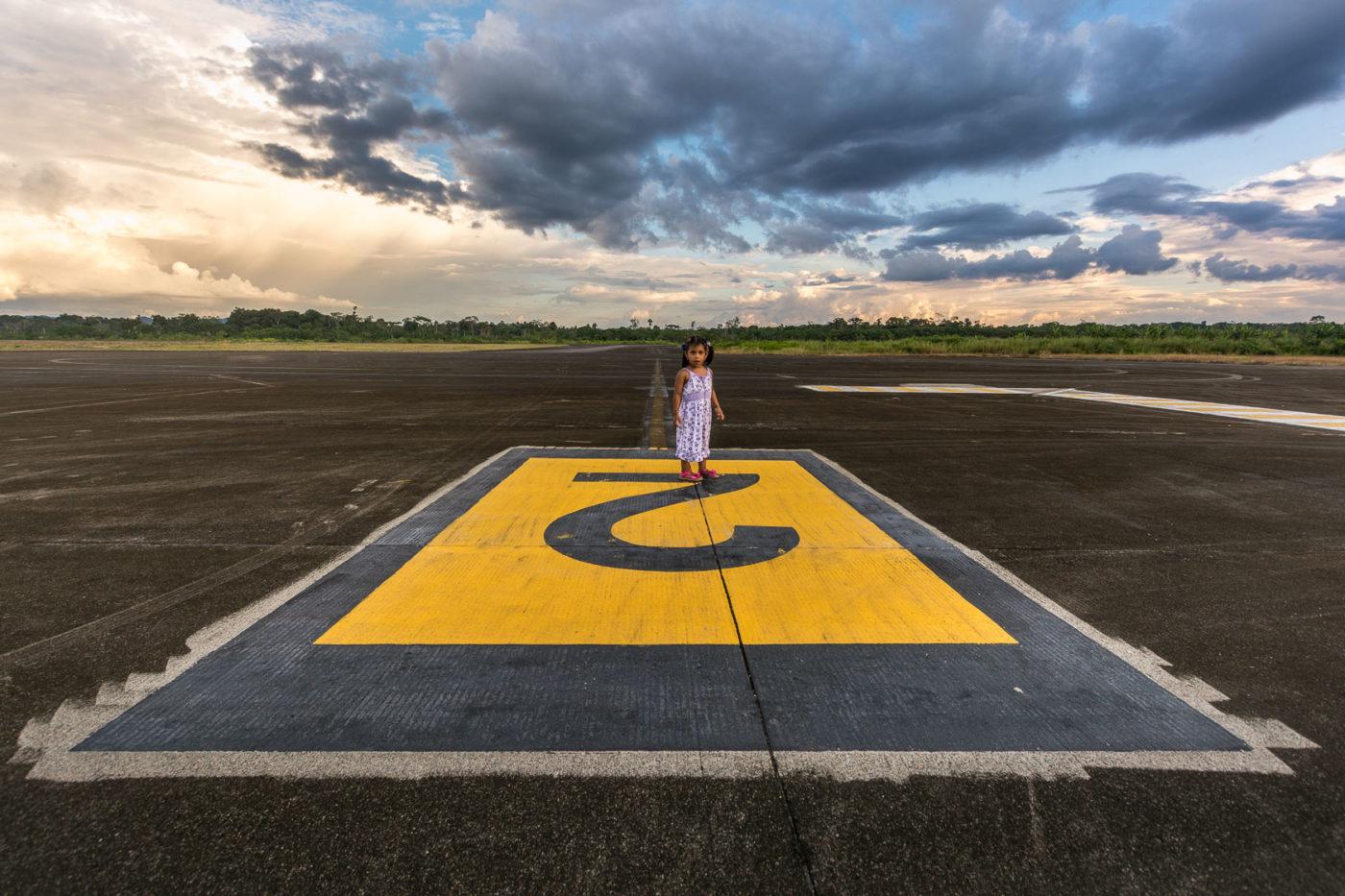 Natalia am verlassenen Flughafen im Amazonas.